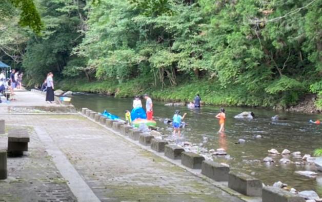 川遊びに夢中イメージ