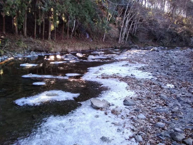 氷に占領された御前岩の川イメージ